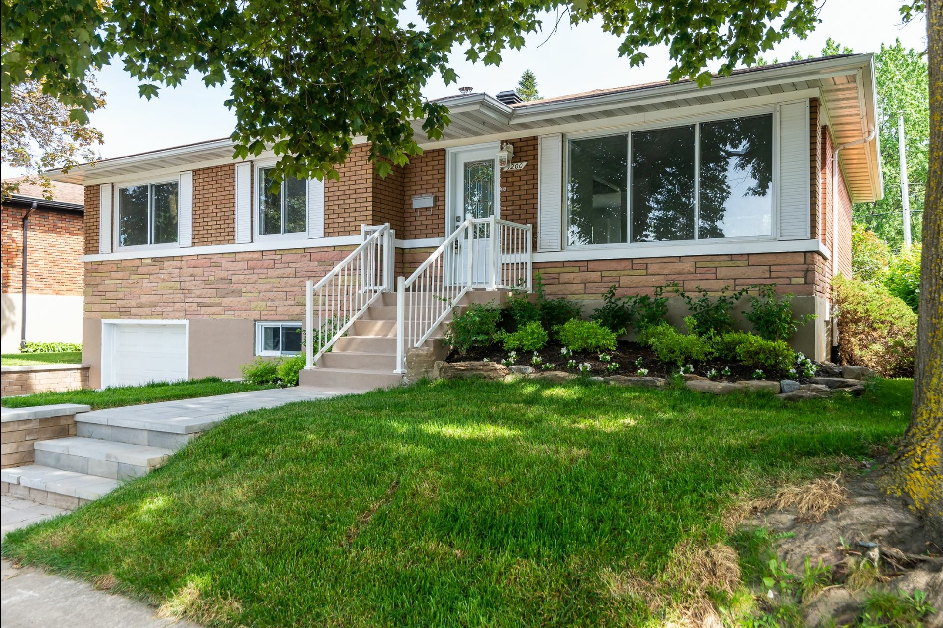 image 2 - House For sale Laval Chomedey  - 9 rooms