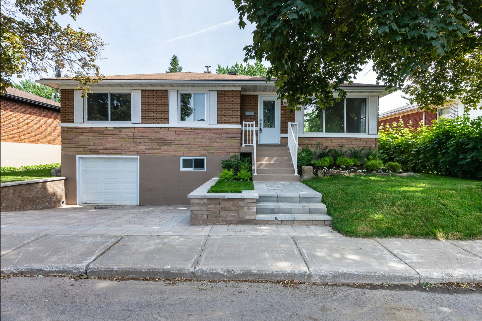 image 1 - House For sale Laval Chomedey  - 9 rooms