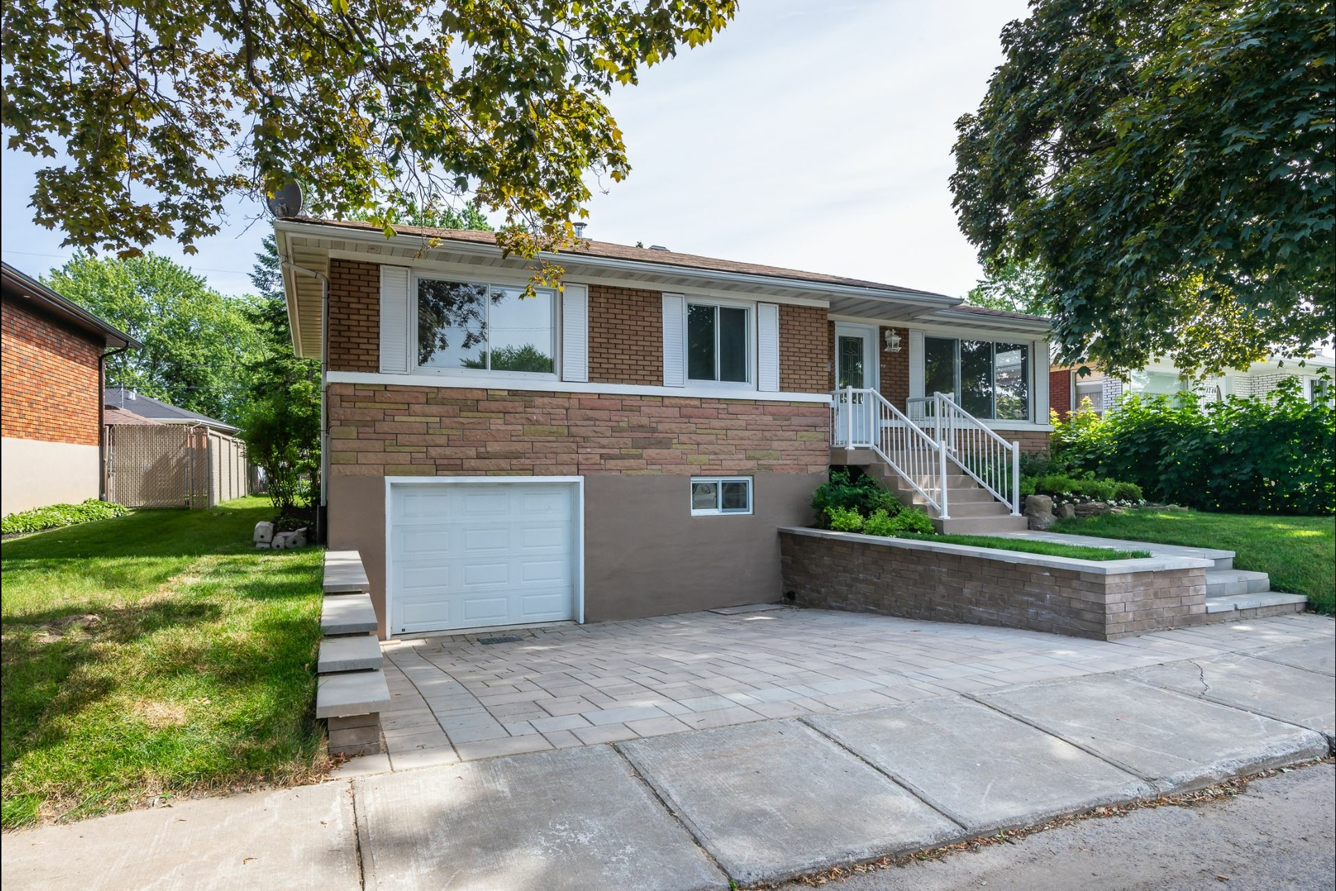 image 0 - House For sale Laval Chomedey  - 9 rooms