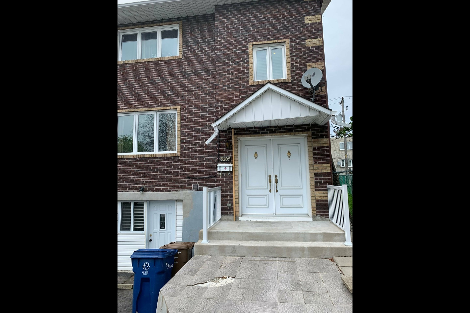 image 2 - House For sale Laval Chomedey  - 8 rooms