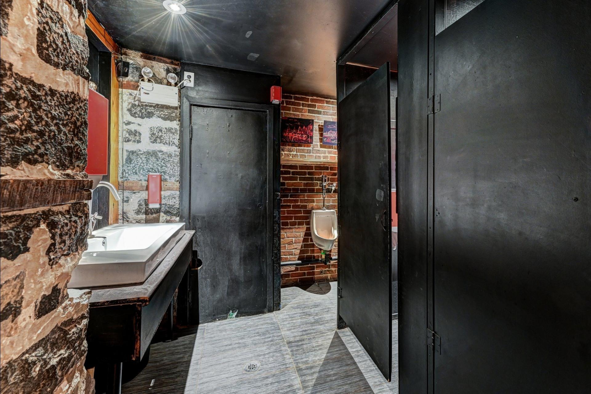 image 6 - Quadruplex For sale Ville-Marie Montréal  - 4 rooms