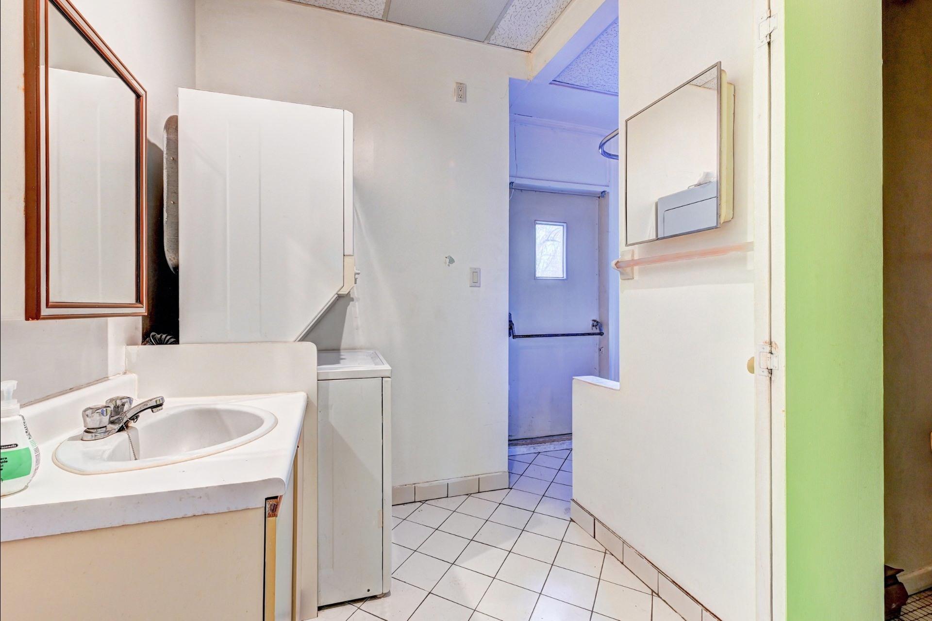 image 22 - Quadruplex For sale Ville-Marie Montréal  - 4 rooms