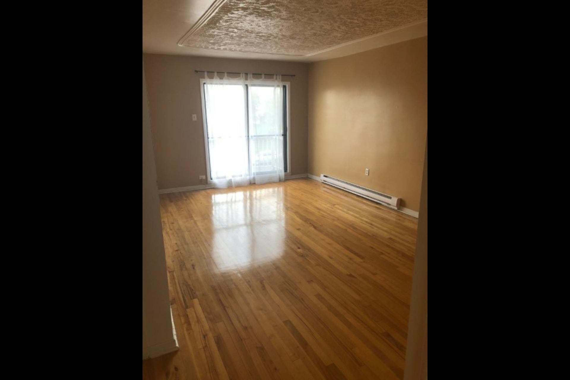 image 0 - Appartement À louer Montréal Saint-Leonard - 4 pièces