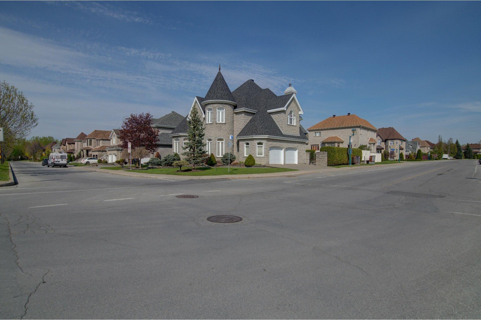 image 2 - Maison À vendre Duvernay Laval  - 13 pièces