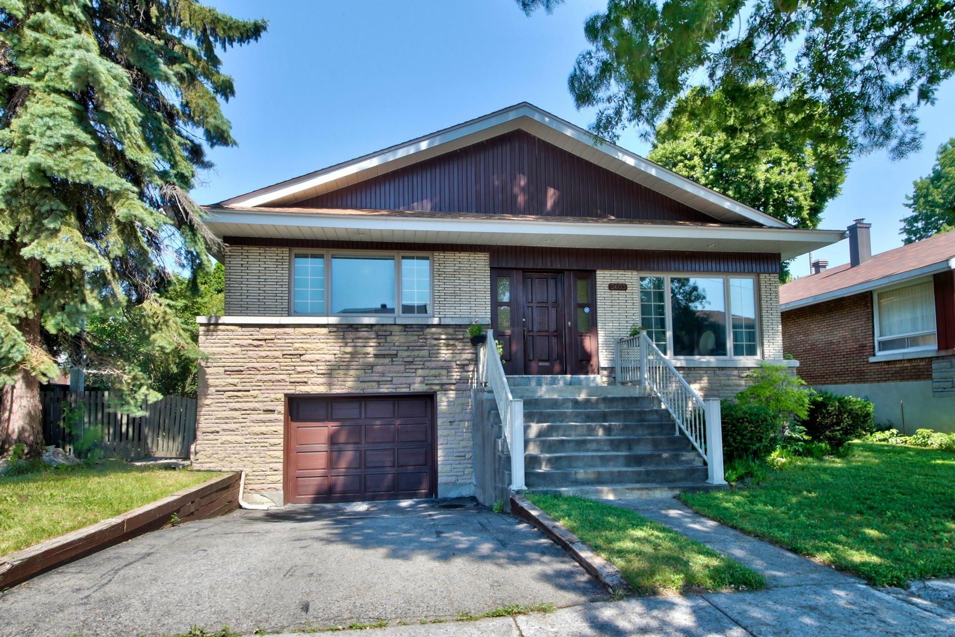 image 0 - House For sale Ahuntsic-Cartierville Montréal  - 11 rooms