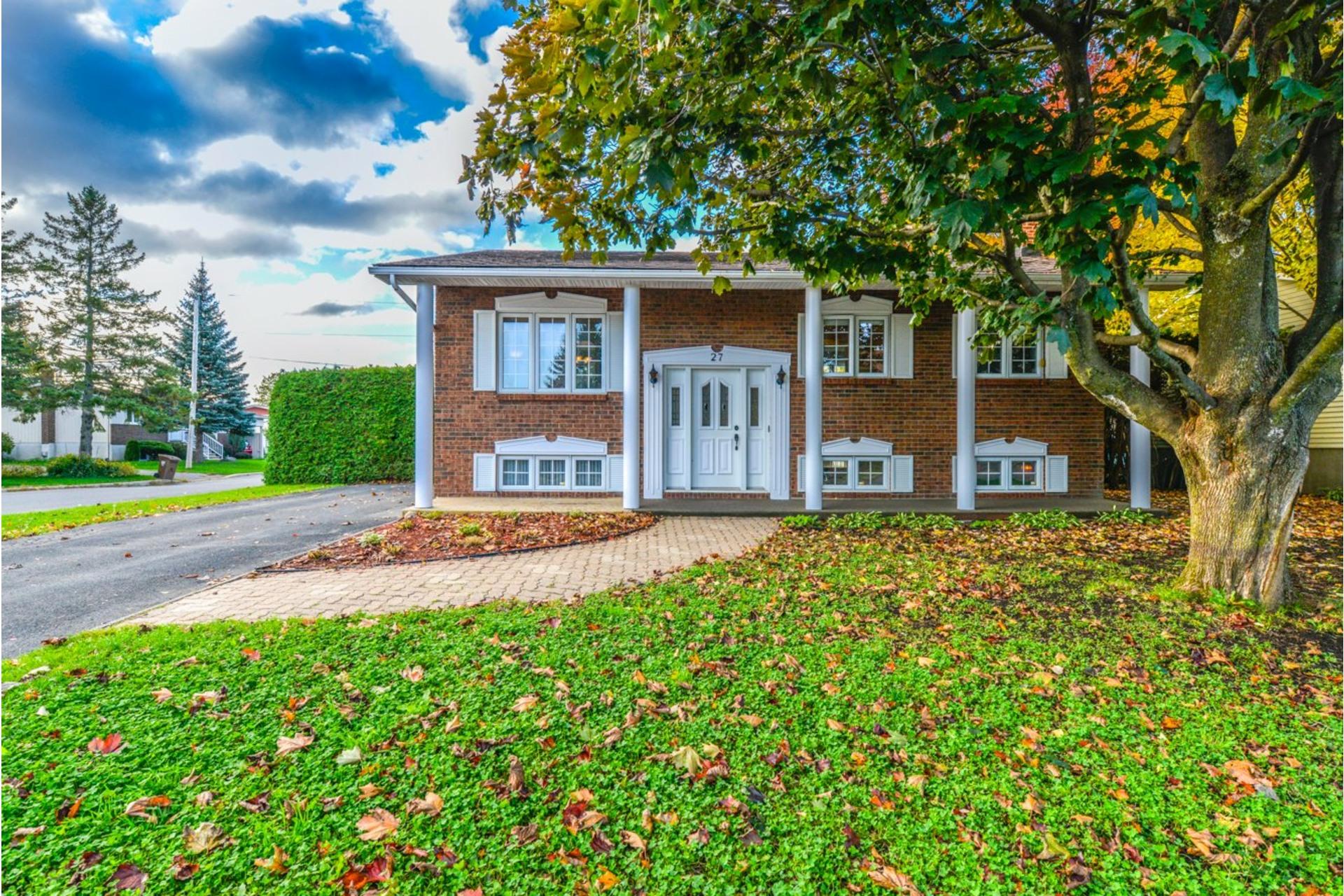 image 0 - House For sale Saint-Basile-le-Grand - 7 rooms