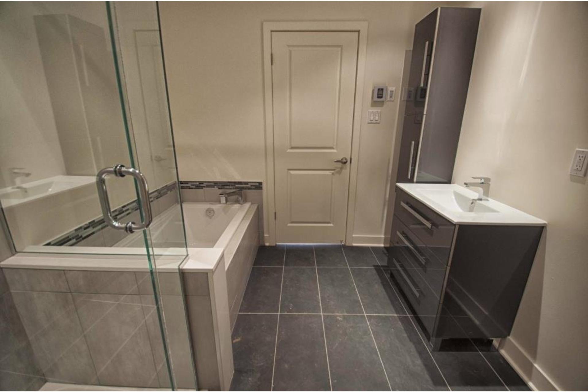 image 16 - Apartment For rent Rivière-des-Prairies/Pointe-aux-Trembles Montréal  - 6 rooms