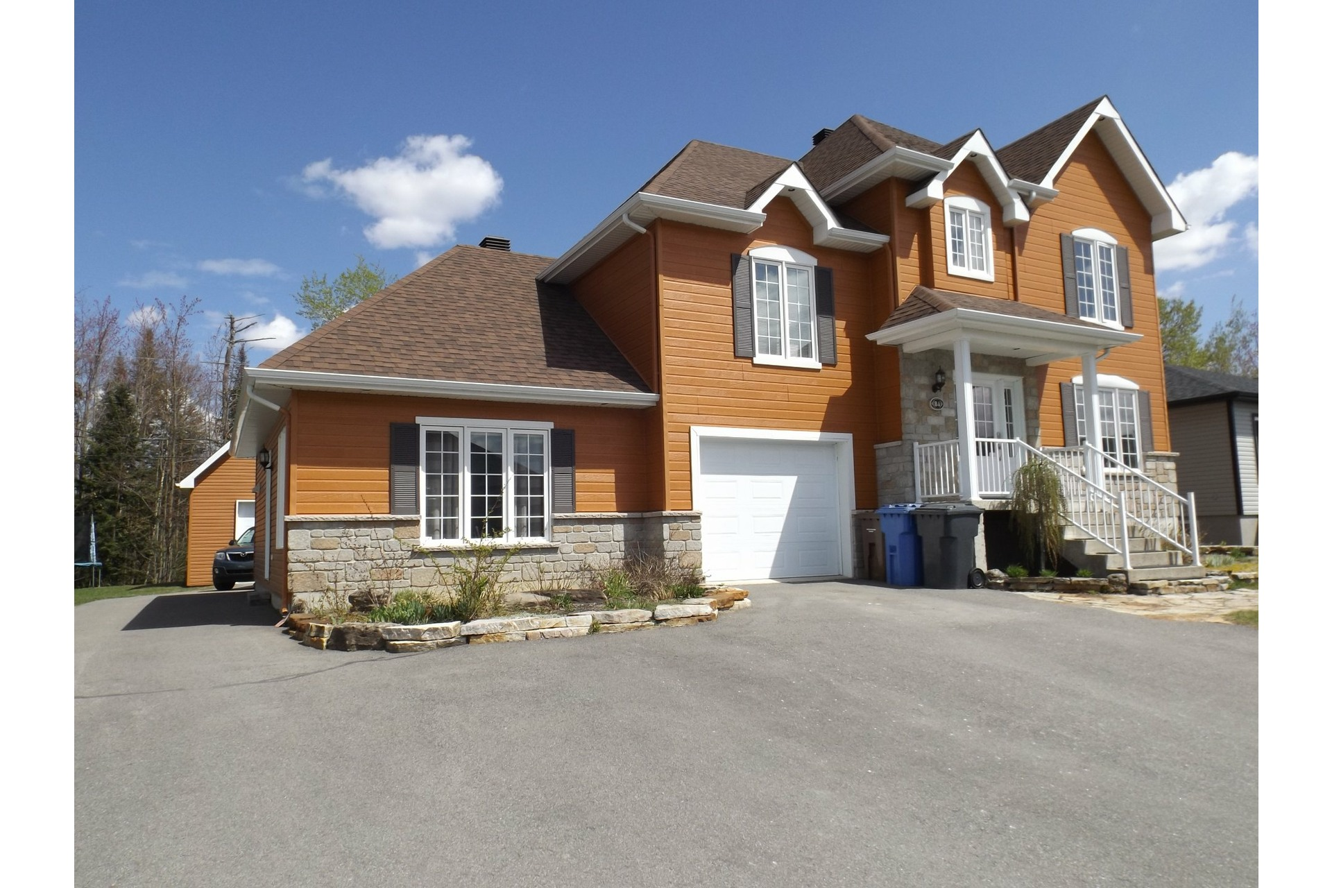 image 0 - House For sale Notre-Dame-des-Prairies - 12 rooms