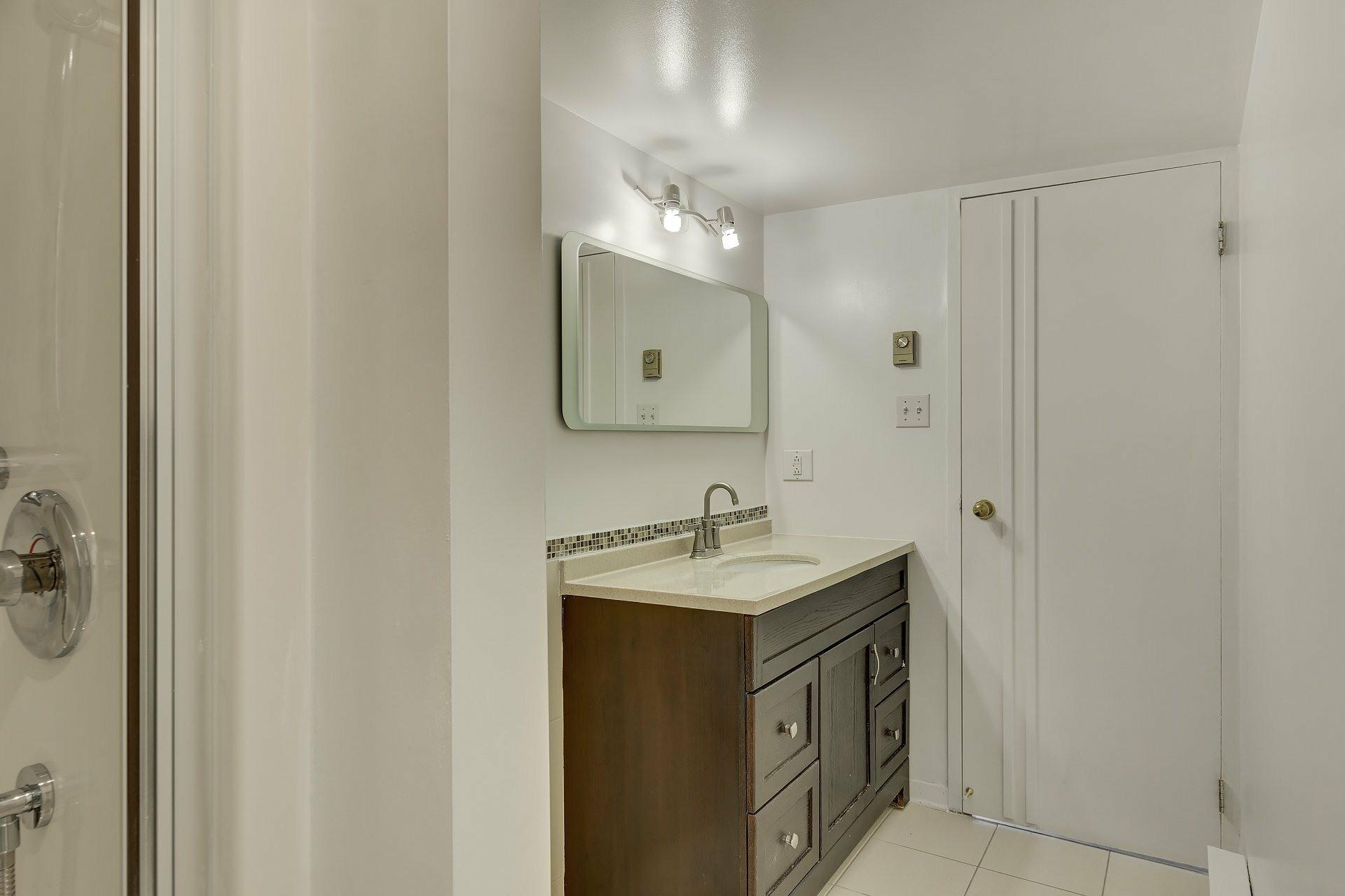 image 11 - Apartment For rent Ville-Marie Montréal  - 5 rooms