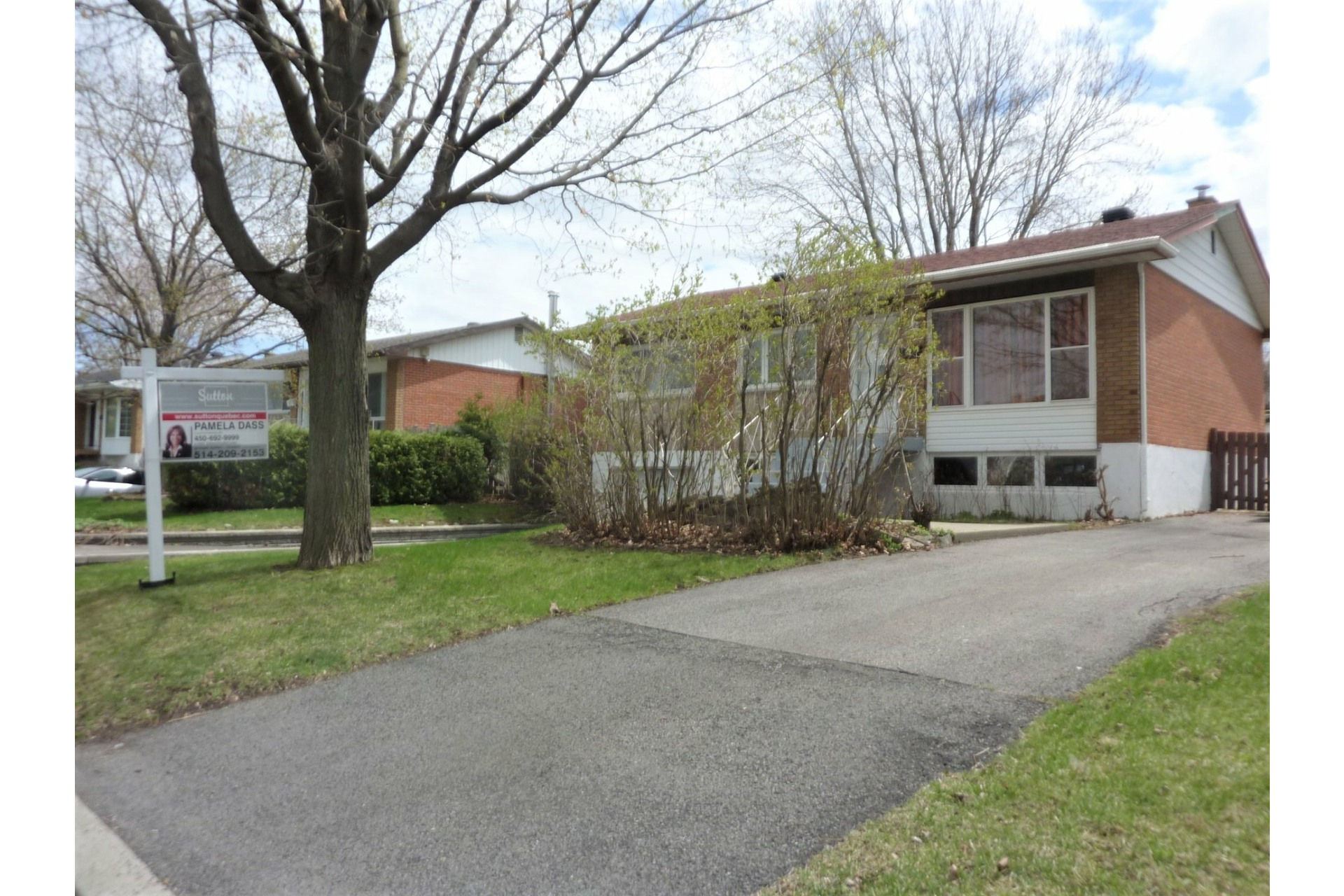image 2 - House For sale Châteauguay - 8 rooms