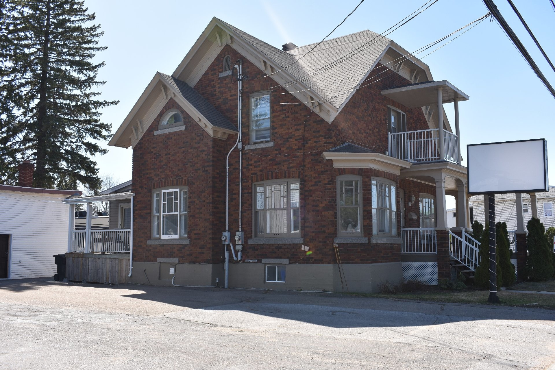 image 2 - House For sale Louiseville - 10 rooms