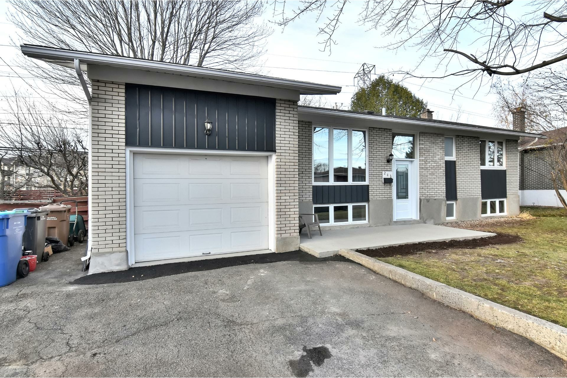 image 1 - House For sale Châteauguay - 12 rooms