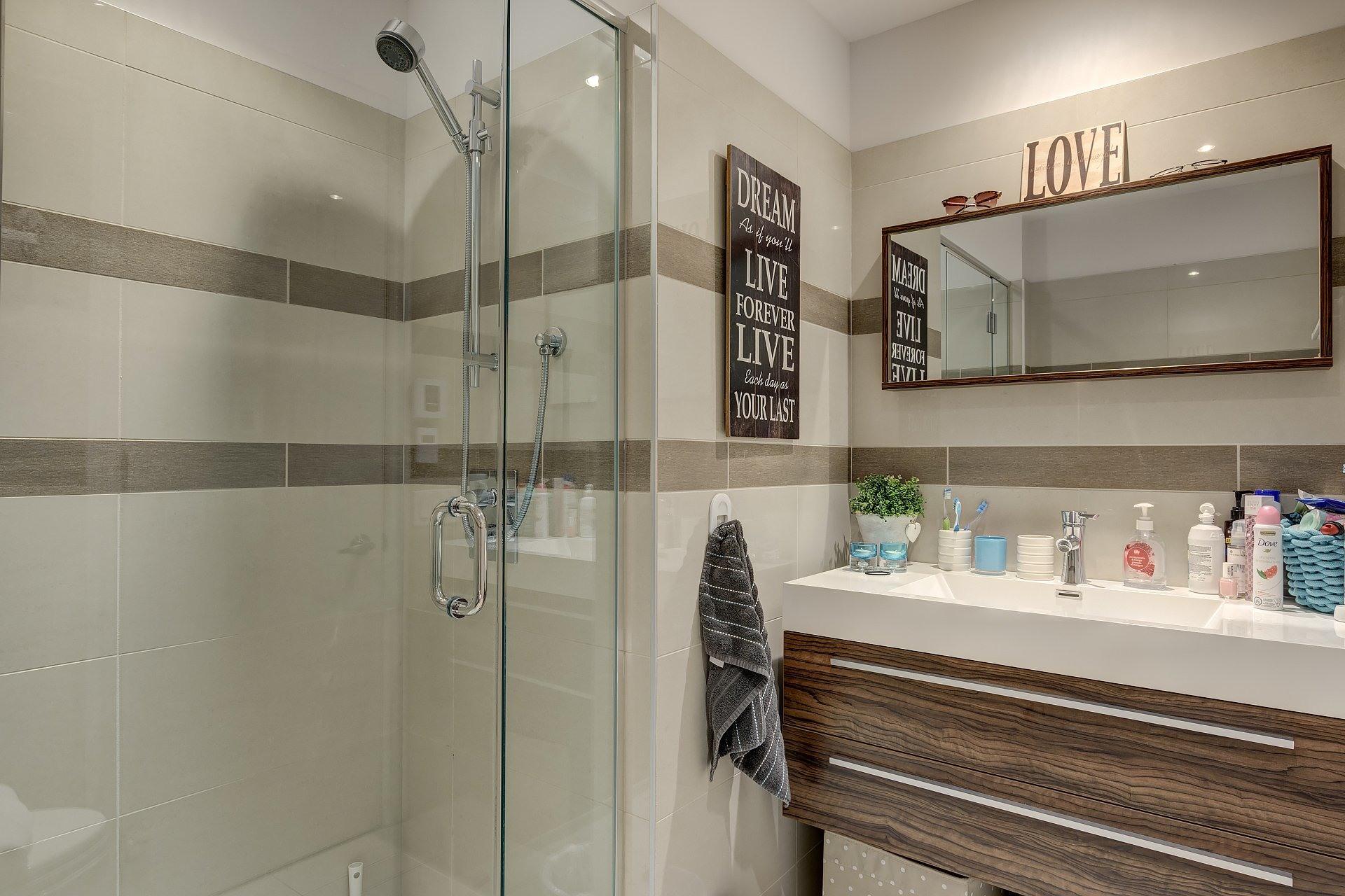 image 11 - Apartment For rent Côte-des-Neiges/Notre-Dame-de-Grâce Montréal  - 5 rooms