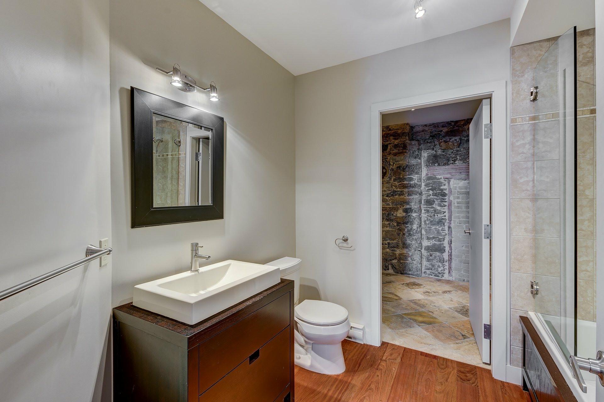 image 11 - Appartement À louer Ville-Marie Montréal  - 3 pièces