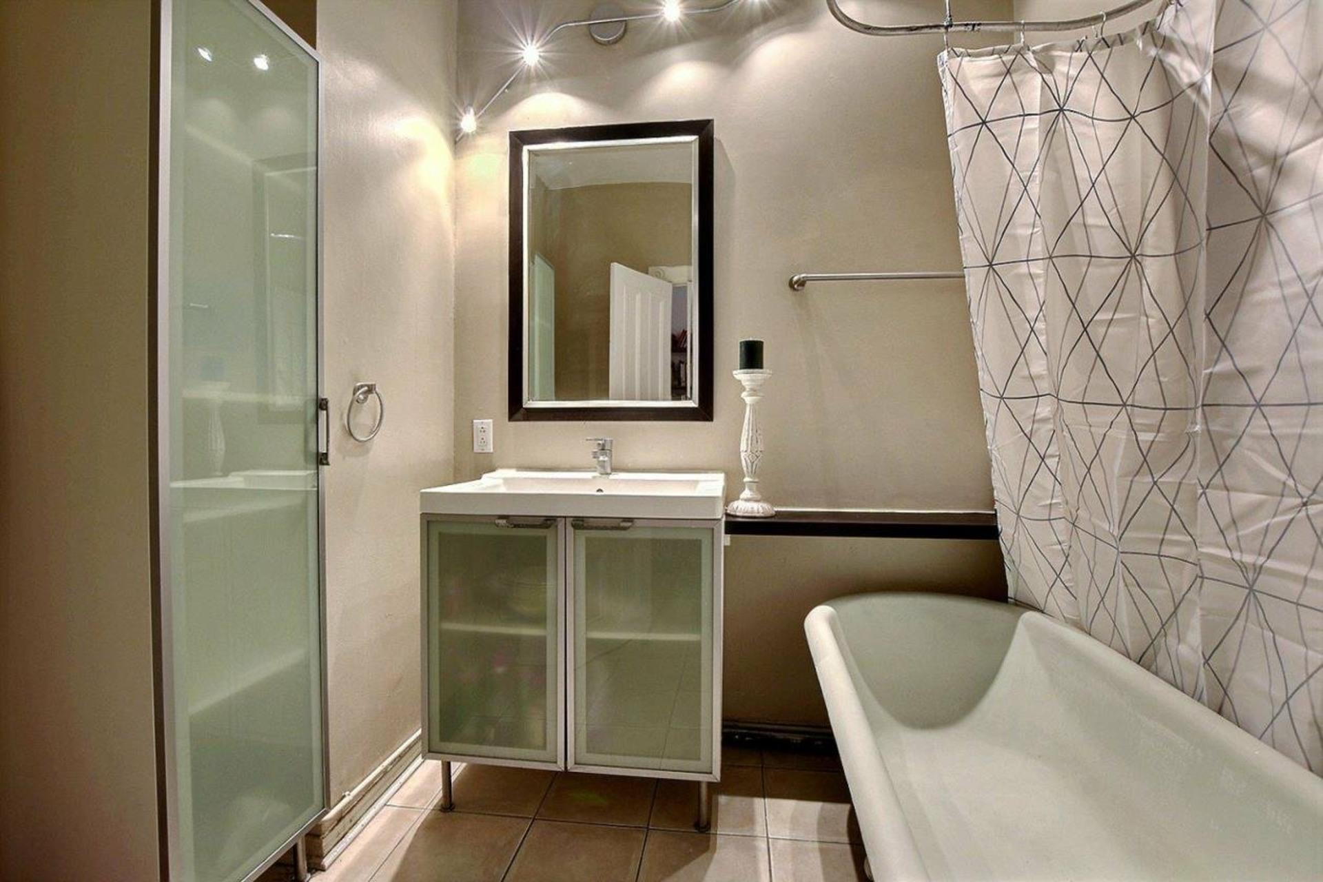 image 13 - Apartment For rent Côte-des-Neiges/Notre-Dame-de-Grâce Montréal  - 6 rooms