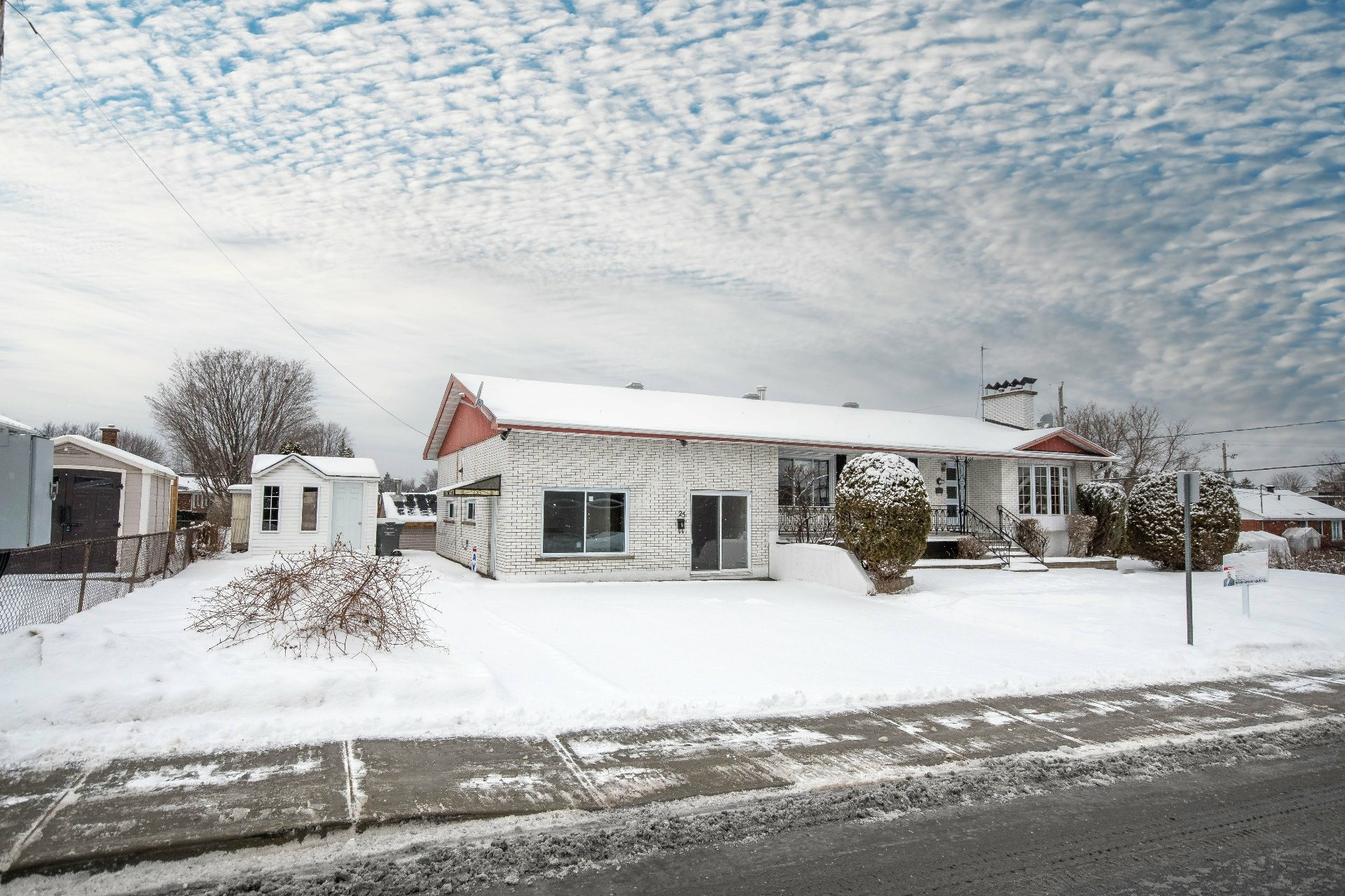 image 3 - House For sale Châteauguay - 13 rooms