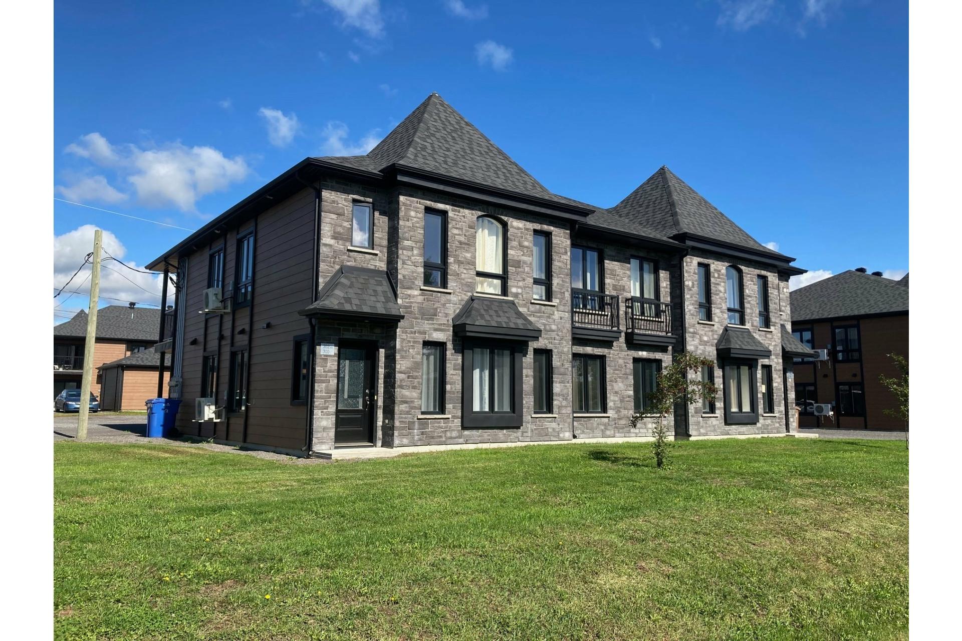 image 3 - Quadruplex For sale Saint-Ambroise-de-Kildare - 4 rooms