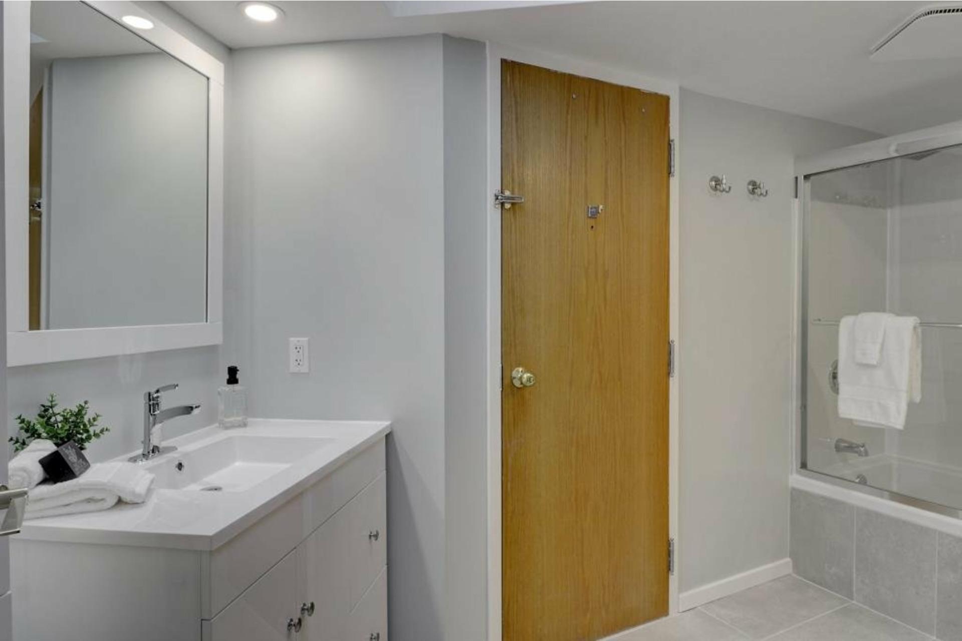 image 13 - Apartment For rent Ville-Marie Montréal  - 4 rooms