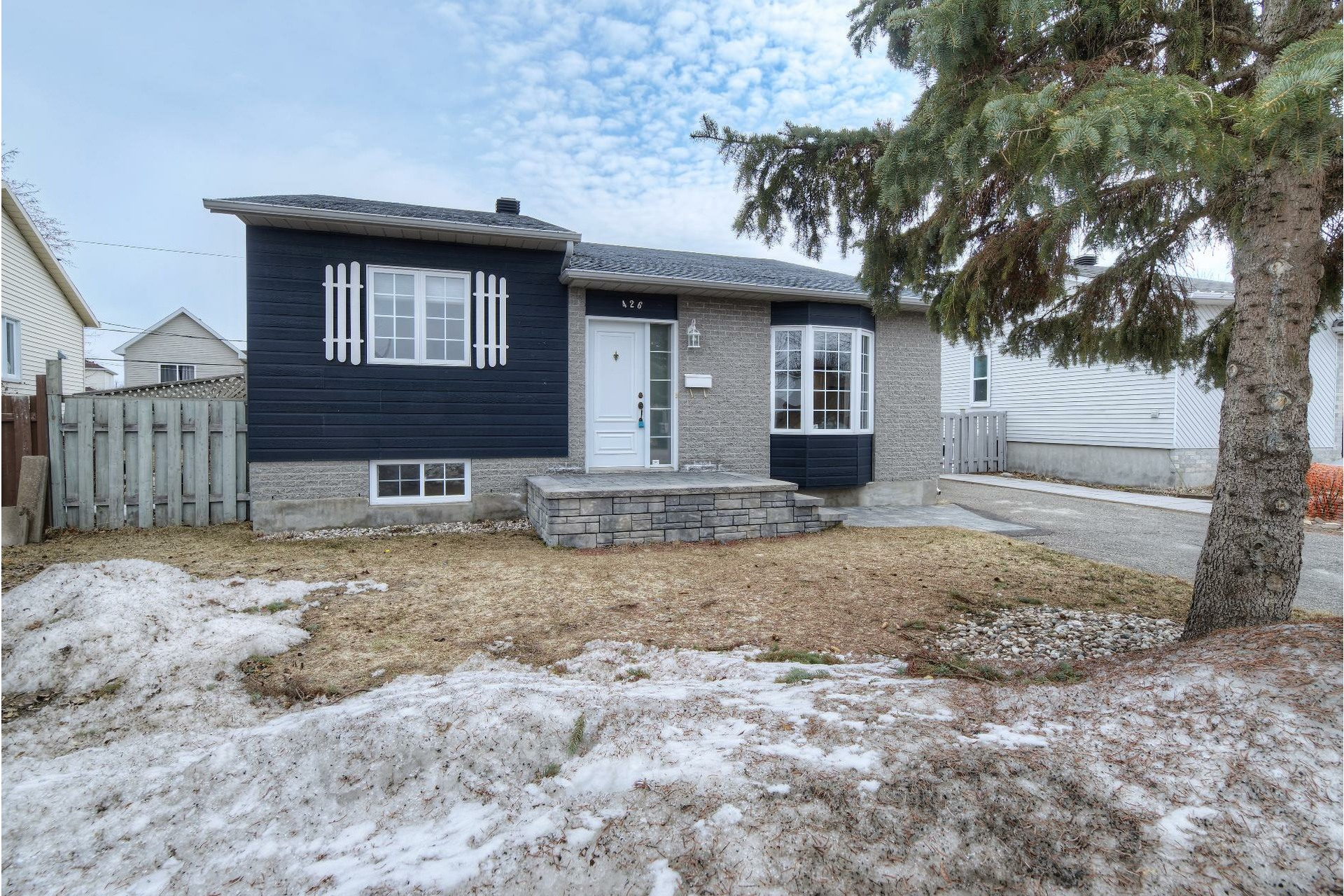image 1 - House For sale Vaudreuil-Dorion - 11 rooms