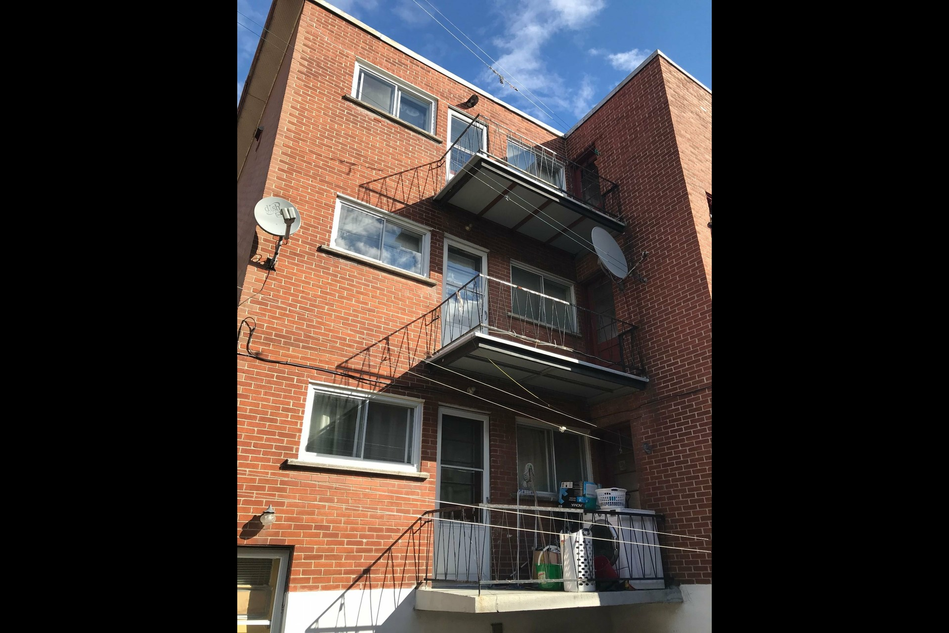 image 2 - Immeuble à revenus À vendre Montréal Saint-Léonard  - 4 pièces