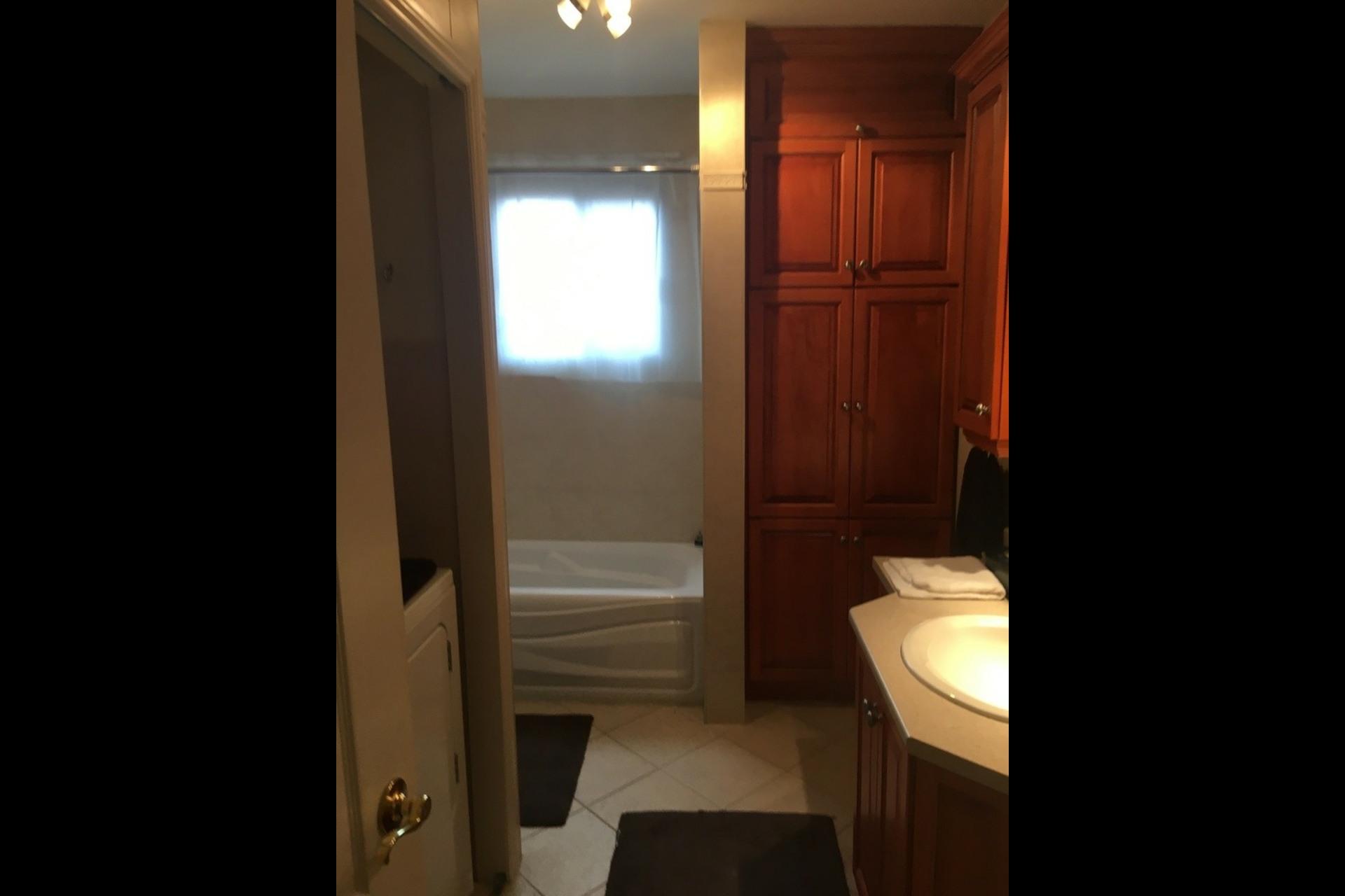 image 5 - Apartment For rent Montréal Saint-Leonard - 5 rooms